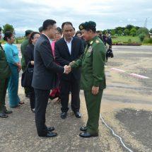 တပ်မတော်ကာကွယ်ရေးဦးစီးချုပ် ဗိုလ်ချုပ်မှူးကြီး မင်းအောင်လှိုင် ထိုင်းဘုရင့် တပ်မတော်ကာကွယ်ရေး ဦးစီးချုပ်အား လေဆိပ်၌ ပို့ဆောင်နှုတ်ဆက်