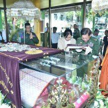 Senior General Min Aung Hlaing pays homage to remains of Dhamma Yatkhita Wuntho Monastery Presiding Nayaka Sayadaw
