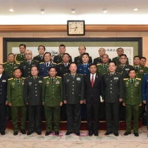 တပ်မတော်ကာကွယ်ရေးဦးစီးချုပ် ဗိုလ်ချုပ်မှူးကြီး မင်းအောင်လှိုင်အား တရုတ် ပြည်သူ့သမ္မတနိုင်ငံ၊ ဗဟိုစစ်ကော်မရှင်အဖွဲ့ဝင်နှင့် ပူးတွဲစစ်ဦးစီးဌာန စစ်ဦးစီးချုပ် Gen. Li Zuocheng ကဂုဏ်ပြုတပ်ဖွဲ့ဖြင့်ကြိုဆို၊ တွေ့ဆုံဆွေးနွေး