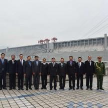 တပ္မေတာ္ကာကြယ္ေရးဦးစီးခ်ဳပ္ ဗုိလ္ခ်ဳပ္မွဴးႀကီး မင္းေအာင္လႈိင္ ဦးေဆာင္သည့္ ျမန္မာ့တပ္မေတာ္ ခ်စ္ၾကည္ေရးကုိယ္စားလွယ္အဖြဲ႕ တ႐ုတ္ျပည္သူ႕သမၼတႏုိင္ငံရွိ Three Gorges Dam သုိ႔သြားေရာက္ၾကည့္႐ႈေလ့လာ