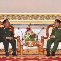 တပ္မေတာ္ကာကြယ္ေရးဦးစီးခ်ဳပ္ ဗုိလ္ခ်ဳပ္မွဴးႀကီး မင္းေအာင္လႈိင္ လာအိုျပည္သူ႕တပ္မေတာ္၊ လာအိုအမ်ိဳးသားကာကြယ္ေရး၀န္ႀကီး Lieutenant General Chansamone Chanyalath ဦးေဆာင္ေသာ ကိုယ္စားလွယ္အဖြဲ႕အား ဂုဏ္ျပဳတပ္ဖြဲ႕ျဖင့္ ႀကိဳဆို၊ ေတြ႕ဆံုေဆြးေႏြး