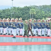 တပ္မေတာ္ကာကြယ္ေရးဦးစီးခ်ဳပ္ ဗုိလ္ခ်ဳပ္မွဴးႀကီး မင္းေအာင္လႈိင္ စင္ကာပူတပ္မေတာ္ကာကြယ္ေရးဦးစီးခ်ဳပ္ Lieutenant General Perry Lim ဦးေဆာင္ေသာကိုယ္စားလွယ္အဖြဲ႕အား ဂုဏ္ျပဳတပ္ဖြဲ႕ျဖင့္ႀကိဳဆို၊ ေတြ႕ဆံုေဆြးေႏြး