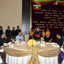 တပ်မတော်ကာကွယ်ရေးဦးစီးချုပ် ဗိုလ်ချုပ်မှူးကြီး မင်းအောင်လှိုင် စင်ကာပူတပ်မတော်ကာကွယ်ရေးဦးစီးချုပ် Lt. Gen. Perry Lim အား ဂုဏ်ပြုညစာ ဖြင့်တည်ခင်းဧည့်ခံ