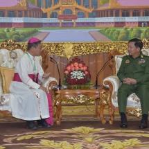 တပ်မတော်ကာကွယ်ရေးဦးစီးချုပ် ဗိုလ်ချုပ်မှူးကြီး မင်းအောင်လှိုင် အထက်မြန်မာပြည်ကက်သလစ် ဂိုဏ်းအုပ်ဆရာတော်ကြီး ပေါလ်ဂရောင် ဦးဆောင်သည့် ကက်သလစ်ဆရာတော်များအား လက်ခံတွေ့ဆုံ