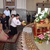 တပ်မတော်ကာကွယ်ရေးဦးစီးချုပ် ဗိုလ်ချုပ်မှူးကြီး မင်းအောင်လှိုင် ထိုင်းနိုင်ငံ၊ ဘန်ကောက်မြို့ရှိ Sothon Wararam ဘုရားကျောင်းသို့ သွားရောက်ဖူးမြော်ကြည်ညို
