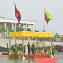တပ်မတော်ကာကွယ်ရေးဦးစီးချုပ် ဗိုလ်ချုပ်မှူးကြီး မင်းအောင်လှိုင်  လာအိုပြည်သူ့တပ်မတော်၊ စစ်ဦးစီးဌာနအကြီးအကဲ Lieutenant General Souvone LEUANGBOUNMY အား ဂုဏ်ပြုတပ်ဖွဲ့ဖြင့်ကြိုဆို၊ တွေ့ဆုံဆွေးနွေး