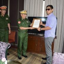 စိန်ခေါ်သူ ဂျပန်နိုင်ငံသားဟာစီဂါဝါအားအနိုင်ရရှိသည့် မြန်မာအမျိုးသား ကချင်တိုင်းရင်းသားအောင်လအန်ဆန် အား တပ်မတော်ကာကွယ်ရေးဦးစီးချုပ် ၏ ဂုဏ်ပြုစာလွှာပေးအပ်