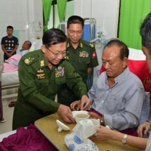 တပ်မတော်ကာကွယ်ရေးဦးစီးချုပ် ဗိုလ်ချုပ်မှူးကြီး မင်းအောင်လှိုင် နေပြည်တော်ရှိ ခုတင် (၁၀၀၀)ဆံ့အထွေထွေရောဂါကုဆေးရုံကြီးတွင် တက်ရောက်ကုသလျက်ရှိသော ပြည်ထောင်စုငြိမ်းချမ်းရေးညီလာခံ(၂၁)ရာစုပင်လုံတတိယအစည်းအဝေး တက်ရောက်လျက်ရှိသည့် UWSA (ဝ)အဖွဲ့ဥက္ကဋ္ဌ ဦးပေါက်ယူယိနှင့် ပြင်ပဆက်ဆံရေးဌာနကြီးမှူး ဦးကျောက်ကော်အမ်းတို့အား သွားရောက်ကြည့်ရှု အားပေးစကားပြောကြား