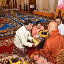 တပ်မတော်ကာကွယ်ရေးဦးစီးချုပ် ဗိုလ်ချုပ်မှူးကြီး မင်းအောင်လှိုင် နေပြည်တော်ရှိ ဥပ္ပါတသန္တိစေတီတော်မြတ်ကြီးဓမ္မာရုံ၌ ကျင်းပပြုလုပ်သည့် ပြည်ထောင်စုသမ္မတ မြန်မာနိုင်ငံတော်အစိုးရ ၂၀၁၈ ခုနှစ်၊ ဝါဆိုသင်္ကန်းဆက်ကပ်လှူဒါန်းပွဲသို့တက်ရောက်၍ သံဃာတော်အရှင်သူမြတ်တို့အား ဝါဆိုသင်္ကန်းနှင့် လှူဖွယ်ဝတ္ထုပစ္စည်းများ ဆက်ကပ်လှူဒါန်း