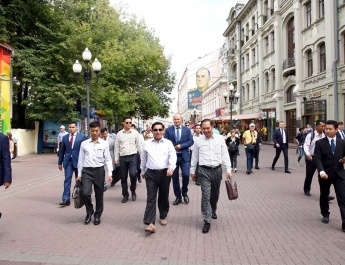 Senior General Min Aung Hlaing and party arrive in Russian Federation, visit Moscow Town