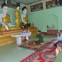 တပ်မတော်ကာကွယ်ရေးဦးစီးချုပ် ဗိုလ်ချုပ်မှူးကြီး မင်းအောင်လှိုင် ရွှေကျင်မြို့၊ သမိုင်းဝင်ဘုရားကြီး စေတီတော်အတွင်း ခေတ္တပြောင်းရွှေ့နေထိုင်လျက်ရှိသည့် ရေဘေးရှောင်ပြည်သူများအား သွားရောက်တွေ့ဆုံအားပေးစကားပြောကြားပြီး စားသောက်ဖွယ်ရာများပေးအပ်