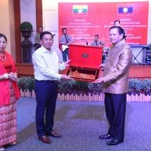 တပ္မေတာ္ကာကြယ္ေရးဦးစီးခ်ဳပ္ ဗုိလ္ခ်ဳပ္မွဴးႀကီး မင္းေအာင္လႈိင္အား ခ်န္ပါဆပ္ ျပည္နယ္ စစ္ဌာနခ်ဳပ္မွဴး Brigadier General Sukai Phimmasan က ဂုဏ္ျပဳ ညစာစားပြဲျဖင့္တည္ခင္းဧည့္ခံ