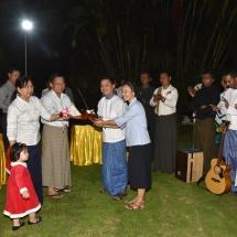 တပ္မေတာ္ကာကြယ္ေရးဦးစီးခ်ဳပ္ ဗုိလ္ခ်ဳပ္မွဴးႀကီး မင္းေအာင္လႈိင္၏ေနအိမ္သုိ႔ Catholic Yangon Youth လူမ်ိဳးေပါင္းစုံမွ လူငယ္မ်ားအဖြဲ႕လာေရာက္၍ ခရစၥမတ္ဓမၼေတးသီခ်င္းမ်ား သီဆုိၿပီး ၿငိမ္းခ်မ္းေရး ဆုေတာင္းစကားမ်ားဂုဏ္ျပဳေျပာၾကား (႐ုပ္သံသတင္း)