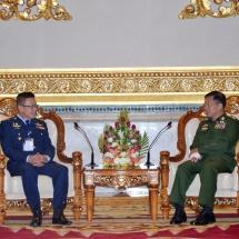 တပ်မတော်ကာကွယ်ရေးဦးစီးချုပ် ဗိုလ်ချုပ်မှူးကြီး မင်းအောင်လှိုင် ထိုင်းဘုရင့်လေတပ် ဦးစီးချုပ် Air Chief Marshal Chaiyapruk Didyasarin အားလက်ခံတွေ့ဆုံ