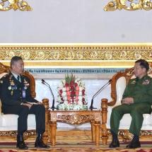 တပ်မတော်ကာကွယ်ရေးဦးစီးချုပ် ဗိုလ်ချုပ်မှူးကြီး မင်းအောင်လှိုင် ထိုင်းဘုရင့်တပ်မတော် ကြည်းတပ်ဦးစီးချုပ်အား လက်ခံတွေ့ဆုံ
