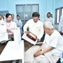 Senior General Min Aung Hlaing comforts Pa-O ethnic leader U Aung Hkam Hti receiving medical treatment at military hospital