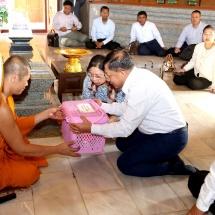 တပ်မတော်ကာကွယ်ရေးဦးစီးချုပ် ဗိုလ်ချုပ်မှူးကြီးမင်းအောင်လှိုင် ဦးဆောင်သည့် မြန်မာ့တပ်မတော် ချစ်ကြည်ရေးကိုယ်စားလှယ်အဖွဲ့သည် UdonThaniခရိုင်ရှိWatBodhisomphonဘုရားကျောင်းသို့ သွားရောက်ဖူးမျှော်ကြည်ညိုပြီးထိုင်းဘုရင့်တပ်မတော်ကာကွယ်ရေးဦးစီးချုပ်ကအလုပ်သဘောတည်ခင်းဧည့်ခံသည့် ဂုဏ်ပြုညစာစားပွဲအခမ်းအနားသို့တက်ရောက်(ရုပ်သံသတင်း)