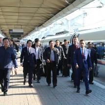 တပ်မတော်ကာကွယ်ရေးဦးစီးချုပ် ဗိုလ်ချုပ်မှူးကြီး မင်းအောင်လှိုင် OJSC Muromteplovoz စက်ရုံသို့ သွားရောက်လေ့လာ၊ မော်စကိုမြို့မှ စိန့်ပီတာစဘက်မြို့သို့ အထူးအမြန်ရထားဖြင့် လိုက်ပါစီးနင်းလေ့လာ