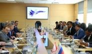 တပ္မေတာ္ကာကြယ္ေရးဦးစီးခ်ဳပ္ ဗုိလ္ခ်ဳပ္မွဴးႀကီး မင္းေအာင္လႈိင္ (၈)ႀကိမ္ေျမာက္ ေမာ္စကို ႏိုင္ငံတကာ လံုၿခံဳေရးဆိုင္ရာညီလာခံ(8th Moscow Conference on International Security) ဖြင့္ပြဲ အခမ္းအနား တက္ေရာက္၊ ရုရွားဖက္ဒေရးရွင္းနုိင္ငံဆိုင္ရာ ကာကြယ္ေရး၀န္ႀကီးႏွင့္ ေတြ႔ဆံုေဆြးေႏြး၊ ေမာ္စကုိၿမိဳ႕ရွိ ျမန္မာ့ေထရ၀ါဒ ဗုဒၶ၀ိဟာရ ေက်ာင္းတုိက္သုိ႔ေရာက္ရွိ၊ ျမန္မာစစ္သံ(ၾကည္း၊ေရ၊ေလ)႐ုံးမွ မိသားစုမ်ားအားရင္းရင္းႏွီးႏွီးေတြ႕ဆုံ ႏႈတ္ဆက္၊ ေမာ္စကုိၿမိဳ႕ရွိ MIG – 29 Service Support Center သုိ႕သြားေရာက္ၾကည့္႐ႈေလ့လာ၊ ႐ုရွားဖက္ဒေရးရွင္းႏုိင္ငံ ကာကြယ္ေရး၀န္ႀကီးက တည္ခင္းဧည့္ခံသည့္ ဂုဏ္ျပဳညစာစားပြဲအခမ္းအနားသုိ႔ တက္ေရာက္(ရုပ္သံသတင္း)