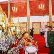 တပ်မတော်ကာကွယ်ရေးဦးစီးချုပ် ဗိုလ်ချုပ်မှူးကြီး မင်းအောင်လှိုင် ထိုင်းဘုရင့်အတိုင်ပင်ခံ ကောင်စီ ဥက္ကဋ္ဌဖြစ်သူ General Prem Tinsulanonda ကွယ်လွန်ခြင်းအတွက် ဝမ်းနည်းခြင်း မှတ်တမ်းတွင် လက်မှတ်ရေးထိုး