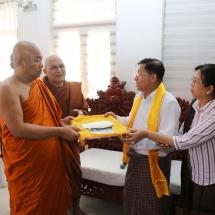 မြန်မာ့တပ်မတော်ချစ်ကြည်ရေးကိုယ်စားလှယ်အဖွဲ့ ဂယာမြို့ရှိ ဗုဒ္ဓ ဥယျာဉ်တော်အတွင်းလှည့်လည် ကြည်ညို၊ သံဃာတော်များအား ဝါဆိုသင်္ကန်း ဆက်ကပ်လှူဒါန်း၊ ရာဇဂြိုလ်သို့သွားရောက်လေ့လာ ကြည်ညို(ရုပ်သံသတင်း)