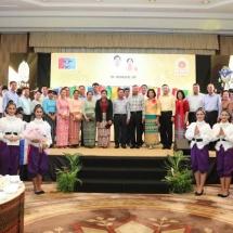 တပ်မတော်ကာကွယ်ရေးဦးစီးချုပ် ဗိုလ်ချုပ်မှူးကြီး မင်းအောင်လှိုင် ဦးဆောင်သည့် မြန်မာ့တပ်မတော် ကိုယ်စားလှယ်အဖွဲ့အား ထိုင်းဘုရင့်တပ်မတော်ကာကွယ်ရေးဦးစီးချုပ် Gen. Ponpipaat Benyasri က ဂုဏ်ပြုညစာဖြင့် တည်ခင်းဧည့်ခံ၊ Thai Rung ကားထုတ်လုပ်ရေးကုမ္ပဏီသို့ သွားရောက်လေ့လာ