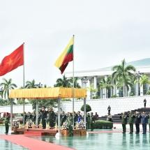 တပ္မေတာ္ကာကြယ္ေရးဦးစီးခ်ဳပ္ ဗိုလ္ခ်ဳပ္မွဴးႀကီး မင္းေအာင္လိႈင္ ဗီယက္နမ္ျပည္သူ႔တပ္မေတာ္ စစ္ဦးစီးအရာရွိခ်ဳပ္ Senior Lieutenant General Phan Van Giang အား ဂုဏ္ျပဳႀကိဳဆို(႐ုပ္သံသတင္း)