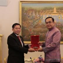 တပ္မေတာ္ကာကြယ္ေရးဦးစီးခ်ဳပ္ ဗုိလ္ခ်ဳပ္မွဴးႀကီး မင္းေအာင္လႈိင္ ထိုင္းႏိုင္ငံ ၀န္ႀကီးခ်ဳပ္ႏွင့္ ကာကြယ္ေရး၀န္ႀကီးတို႔အား ေတြ႕ဆံုခဲ့ၿပီး သတၱမအႀကိမ္ေျမာက္ ထုိင္း-ျမန္မာ အဆင့္ျမင့္အရာရွိႀကီးမ်ား အစည္းအေ၀း (7th Thailand-Myanmar High Level Committee Meeting)တြင္ အဖြင့္အမွာစကားေျပာၾကား(ရုပ္သံသတင္း)