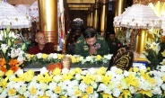 Senior General Min Aung Hlaing pays respects to remains of Maha Myatmuni Sayadaw