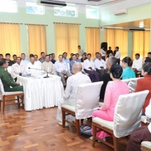 Senior General Min Aung Hlaing cordially meets town elders, civil servants in Kengtung