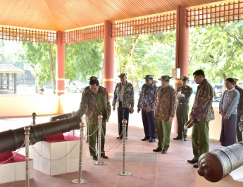 Senior General Min Aung Hlaing inspects dairy cow farm project in Htonbo and construction of ancient cannon museum in Mandalay royal city, views carving of large marble rock into Buddha image