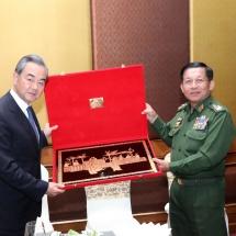 တပ်မတော်ကာကွယ်ရေးဦးစီးချုပ် ဗိုလ်ချုပ်မှူးကြီး မင်းအောင်လှိုင် တရုတ်ပြည်သူ့သမ္မတနိုင်ငံ ၊ နိုင်ငံတော်ကောင်စီဝင်နှင့် နိုင်ငံခြားရေးဝန်ကြီး Mr.Wang Yi ဦးဆောင်သောကိုယ်စားလှယ်အဖွဲ့နှင့် တွေ့ဆုံဆွေးနွေး၊ ထုံးဘိုမြို့ရှိ နို့စားနွားမွေးမြူရေးစီမံကိန်း နှင့်နန်းမြို့တွင်းရှိ ရှေးဟောင်းအမြောက်ပြတိုက် ဆောက်လုပ်နေမှုများအား ကြည့်ရှုစစ်ဆေးပြီး စကျင်ကျောက်တော်ကြီးအား မြတ်စွာဘုရား၏ ဗုဒ္ဓရုပ်ပွားတော်မြတ်ကြီးအဖြစ် ထုဆစ်ကိုးကွယ်ရန်ဆောင်ရွက်နေမှုများအား သွားရောက်ကြည့်ရှု (ရုပ်သံသတင်း)