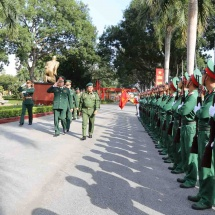 တပ်မတော်ကာကွယ်ရေးဦးစီးချုပ် ဗိုလ်ချုပ်မှူးကြီး မင်းအောင်လှိုင် ဦးဆောင်သော မြန်မာ့တပ်မတော်ကိုယ်စားလှယ်အဖွဲ့ ဗီယက်နမ်ဆိုရှယ်လစ်သမ္မတနိုင်ငံ၏ (၃၀)နှစ်မြောက် အမျိုးသားကာကွယ်ရေးနေ့နှင့် (၇၅)နှစ်မြောက် ဗီယက်နမ်ပြည်သူ့တပ်မတော် တည်ထောင်သည့်နေ့အခမ်းအနားများသို့ တက်ရောက်ရန်ထွက်ခွာ၊ ဗီယက်နမ်ဆိုရှယ်လစ်သမ္မတနိုင်ငံ၊ ဟနွိုင်းမြို့ရှိ အမှတ်(၁၀၂) ယန္တရားတင်ခြေလျင်တပ်ရင်းကြီး (102nd Mechanized Infantry Regiment)သို့ သွားရောက်လေ့လာ(ရုပ်သံသတင်း)