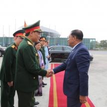တပ်မတော်ကာကွယ်ရေးဦးစီးချုပ် ဗိုလ်ချုပ်မှူးကြီး မင်းအောင်လှိုင် ဦးဆောင်သော မြန်မာ့တပ်မတော် ကိုယ်စားလှယ်အဖွဲ့ ဗီယက်နမ်ဆိုရှယ်လစ်သမ္မတနိုင်ငံ၏ (၃၀)နှစ်မြောက် အမျိုးသားကာကွယ်ရေးနေ့နှင့် (၇၅)နှစ်မြောက် ဗီယက်နမ်ပြည်သူ့တပ်မတော် တည်ထောင်သည့်နေ့အခမ်းအနားများသို့ တက်ရောက်ရန် ထွက်ခွာ၊ ဗီယက်နမ်ဆိုရှယ်လစ်သမ္မတနိုင်ငံ၊ ဟနွိုင်းမြို့ရှိ အမှတ်(၁၀၂) ယန္တရားတင်ခြေလျင်တပ်ရင်းကြီး (102nd Mechanized Infantry Regiment)သို့ သွားရောက်လေ့လာ(ရုပ်သံသတင်း)