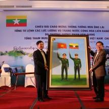 တပ်မတော်ကာကွယ်ရေးဦးစီးချုပ် ဗိုလ်ချုပ်မှူးကြီး မင်းအောင်လှိုင် ဦးဆောင်သော မြန်မာ့တပ်မတော် ကိုယ်စားလှယ်အဖွဲ့အား ဗီယက်နမ်ပြည်သူ့တပ်မတော်စစ်ဦးစီးအရာရှိချုပ်က ဂုဏ်ပြုညစာဖြင့်တည်ခင်းဧည့်ခံ
