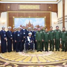 တပ်မတော်ကာကွယ်ရေးဦးစီးချုပ် ဗိုလ်ချုပ်မှူးကြီး မင်းအောင်လှိုင် ပအိုဝ်းငြိမ်းချမ်းရေး အဖွဲ့ (PNO) အသွင် ပြောင်းပြည်သူ့စစ်(ဌာနေ)အဖွဲ့ နာယက ဦးအောင်ခမ်းထီနှင့် အဖွဲ့ဝင်များအား လက်ခံတွေ့ဆုံ၊ ဒေသဖွံ့ဖြိုးတိုး တက်ရေးများ ဆွေးနွေး(ရုပ်သံသတင်း)
