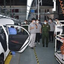 တပ်မတော်ကာကွယ်ရေးဦးစီးချုပ် ဗိုလ်ချုပ်မှူးကြီး မင်းအောင်လှိုင် မန္တလေးတိုင်းဒေသကြီး၊ မန္တလေး-မြို့သာ စက်မှုဥယျာဉ်၊Ding Wang မုန့်စက်ရုံနှင့် Gold Aya Motor ကားစက်ရုံများသို့ သွားရောက်လေ့လာ