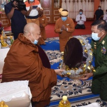 Senior General Min Aung Hlaing meets commanders, their wives from Lashio Station of North-East Command