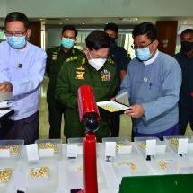 နိုင်ငံတော်စီမံအုပ်ချုပ်ရေးကောင်စီဥက္ကဋ္ဌ၊ တပ်မတော်ကာကွယ်ရေးဦးစီးချုပ် ဗိုလ်ချုပ်မှူးကြီးမင်းအောင်လှိုင် ၂၀၂၁ ခုနှစ် ဧပြီလ ပုလဲအတွဲများနှင့် ကျောက်မျက်ရတနာများ မြန်မာကျပ်ငွေဖြင့် ရောင်းချပွဲပထမနေ့သို့ တက်ရောက်ကြည့်ရှုအားပေး